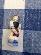 Fève Pied Bleu Ecrit Noir Costume D'europe D Allemagne - Anciennes