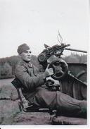 Foto Deutscher Soldat Auf Flak - 2. WK - 9*7cm - Repro (29221) - Krieg, Militär