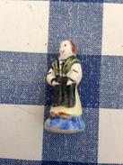 Fève Pied Bleu Ecrit En Relief Costume D'europe EI Irlande - Anciennes
