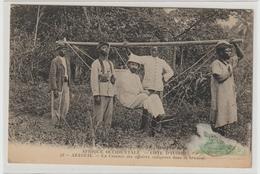 COTE D'IVOIRE. 53 - AZAGUIE. Un Commis Des Affaires Indigènes Dans La Brousse - Côte-d'Ivoire