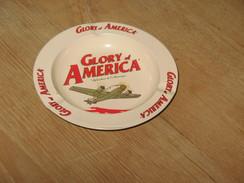 """Cendrier En Tôle """" Glory Of America """" - Métal - Diamètre 14 Cm - Guerre 40/45 ??? Avion Bimoteur """" Dakota """" ?? (fr48) - Cendriers"""
