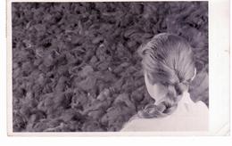 - &  Camp De Concentration D ' Auschwitz  - Jeune Fille Regardant Les Cheveux Découpés Des Déportés - Polen