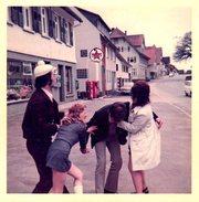 Photo Couleur Originale Look Vintage Hippie, Ivresse Et Fou Rire En Pleine Journée - Station Service Caltex Vers 1970 - Anonymous Persons