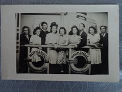 PAQUEBOT NORMANDIE CARTE PHOTO GROUPE DE VOYAGEURS DEVANT LE LA BOUEE DU NAVIRE CARTE SIGNEE AU DOS PAR LES PRESENTS - Passagiersschepen