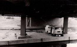 Photo Originale Minibus Barkas Relié à L'électricité Sous Un Pont Illégalement - Auto's