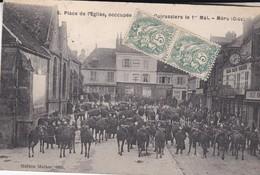 C1 / MERU  N° 8  PLACE DE L EGLISE OCCUPEE PAR LES CUIRASSIERS LE 1° MAI 1909 - Meru