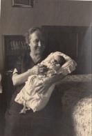 Großes Foto - Oma Mit BABY Um 1950, Format Ca.16,5 X 11 Cm - Anonyme Personen