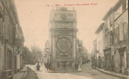 13 - Arles - Fontaine Et Rue Amédée Pichot - Arles