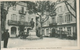 13 - Arles - Place Du Forum - Les Hôtels - Statue Frédéric Mistral - Arles