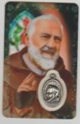 Carte Plastifiée Avec Médaille Et Prière Padre PIo - Religione & Esoterismo