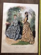 PLANCHE DE GRAVURE DE MODE ILLUSTREE 1875 TOILETTES FLADRY ANAIS TOUDOUZE FEMME OMBRELLE - Collections