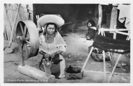 EQUATEUR - Other / Rosita Disponiendose A Hilar - Equateur