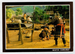 THE FAMILY  OF  MOUNTAIN FOLK, MAEO , ARE  GRINDING THEIR RICE           2 SCAN       (VIAGGIATA) - Tailandia