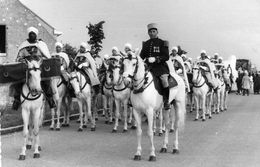 Très Rare Carte Photo Défilé Parade Du 7e Régiment De Spahis à Cheval Daté 1957 - Peut-être à SENLIS ? - Non Classés