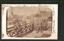 AK Brüssel / Bruxelles, Soldaten In Uniform Auf Der Burg - Bruxelles (Città)