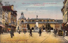 CPA 10 TROYES PLACE JEAN JAURES LE MONUMENT DES BIENFAITEURS LA BOURSE DU TRAVAIL 1927 - Troyes