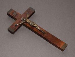 Petit Crucifix Mural Ancien - Croix En Bois Et Christ En Bronze - Unclassified
