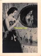 ANCIENNE PHOTO VINTAGE SNAPSHOT FOTO (  10 Cm  X  7,5 Cm  )  MONTAGE SURREALISME FEMME MIRROIR LADY REFLECTON MIRROR - Personnes Anonymes