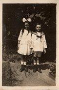 Photo Originale Frère En Costume De Marin & Sa Soeur Au Gros Noeud Dans Les Cheveux Au Jardin Vers 1910 - Anonymous Persons