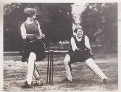 Photo De Presse :Sport Cricket  Bedford  College (UK) Joueuses Recevant La Balle  Cliché Stella Presse Paris - Sports