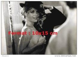 Reproduction D'une Photographie De Romy Schneider Cachant Sa Poitrine Avec Ses Mains Et Tenant Un Chapeau Noir - Reproductions