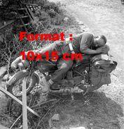 Reproduction D'une Photographie D'un Militaire Dormant Sur Sa Moto - Reproductions