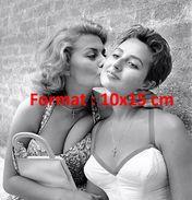 Reproduction D'une Photographie D'un Portrait De Sophia Loren Embrassant Sur La Joue Une Jeune Femme - Reproductions