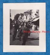 Photo Ancienne - à Situer - Défilé Du 23 Juin 1945 - Militaire à Identifier , Anglais ? Fête De Libération WW1 Insigne - War, Military