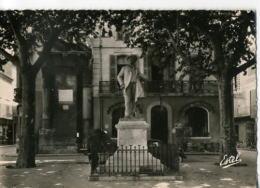 CP131085 - ARLES - La Place Du Forum Et La Statue De Frédéric Mistral - Arles