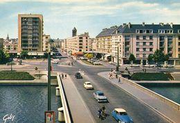 CAEN (Calvados) Le Pont De Vaucelles Et La Rue Saint Jean. Présence De DS Citroen, Ariane - Caen