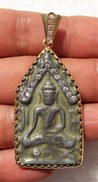 THAILAND: Old Thai Buddha Amulet Mounted In 18K Gold Frame With 19 Diamonds - Arte Asiatica