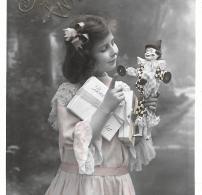 CPA.  ENFANTS.... ARTISTIQUE....     POUPEE ...CADEAUX.... BE...... BONNE ANNEE....SCANS - Portraits