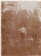 Photo Mai 1915 CASTRES (près Saint-Quentin) - Un Paysan Avec Sa Faux (A174, Ww1, Wk 1) - France