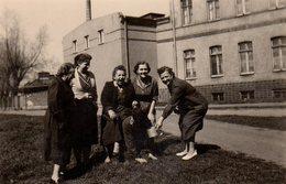 Photo Originale Rigolade Et Soumission D'un Groupe De Femmes Devant Une Usine Vers 1940 - Humiliation Ou Amusement ? - Personnes Anonymes
