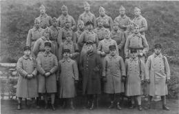 CARTE PHOTO   GROUPE DE SOLDATS  AVEC N°110 SUR LES KEPIS - Militaria