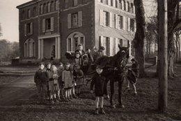 Photo Originale Voiture à Cheval Pour Transports Scolaires Avec Enfants En Blouse, Chiens Et Poupées Vers 1930/40 - Automobiles