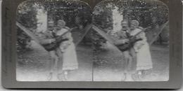 S0590 - Américan Stéréoscopic Company - Le Couple Musical Dans Le Hamac - Stereoscopio