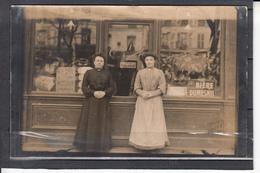 CPA  CARTE PHOTO De 2 Femmes  Devant Une BOUTIQUE Sur La Droite BIERE DUMESNIL Non Identifiee - Cartes Postales