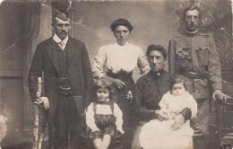 Fotokarte WK I, SOLDAT Mit Familie, Format Ca. 13,7 X 9 Cm, Gebrauchsspuren - 1914-18