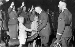 Militaria WW2  - Hitler Et Himmler Saluent Des Enfants - 1939-45