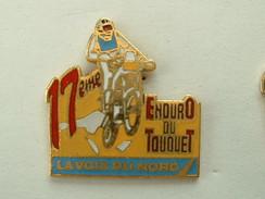 PIN'S MOTO - 17éme ENDURO DU TOUQUET - LA VOIX DU NORD - INSCRIPTION ROUGE - Motorbikes