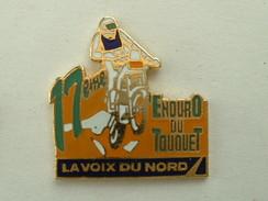 PIN'S MOTO - 17éme ENDURO DU TOUQUET - LA VOIX DU NORD - INSCRIPTION VERTE - Motorbikes