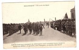 Thessalonique - SALONIQUE - Un Coin Du Quai - Les Italiens Qui Viennent De Débarquer Vont Recevoir Leurs Casques - Grèce