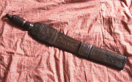 Objet Ethnique. Couteau Africain. Superbe Avec Son étui Gainé De Cuir. 55,5 Cm - Knives/Swords
