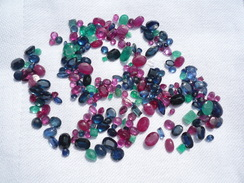 Rubine, Saphire Und Smaragde Zus. 85ct (400) - Juwelen & Horloges