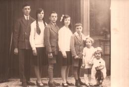CARTE PHOTO NON IDENTIFIEE REPRESENTANT LES 7 ENFANTS D'UNE FRATRIE PHOTO SCHUMACHER A BASTOGNE PAS CIRCULEE - A Identifier