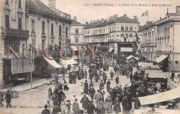 72 - Sablé Sur Sarthe - La Place De La Mairie Un Jour De Marché - Sable Sur Sarthe