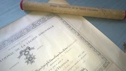 DIPLOME DE CHEVALIER DE LA LÉGION D'HONNEUR  DANS SON ÉTUI ATTRIBUÉ EN 1922 - Documentos Históricos