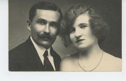 FEMMES - FRAU - LADY - Belle Carte Photo Portrait Homme Moustachu Et Femme Avec Collier De Perles (non Située) - Femmes