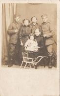Orig.Fotokarte Um 1915, 2 Soldaten Mit Familie, Format Ca. 14 X 8,5 Cm, Gute Erhaltung - 1914-18